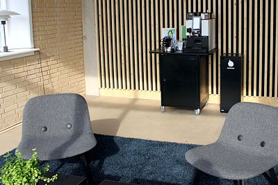 Enkeltstående skraldespand ved kaffestation